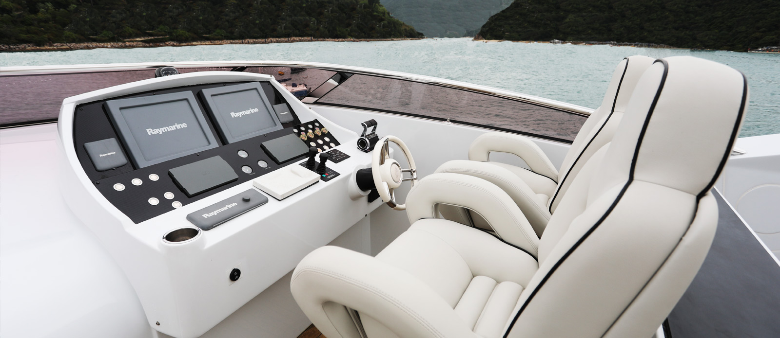 Sunseeker-30-Metre-Yacht-Coraysa-Flybridge-Helm-Station
