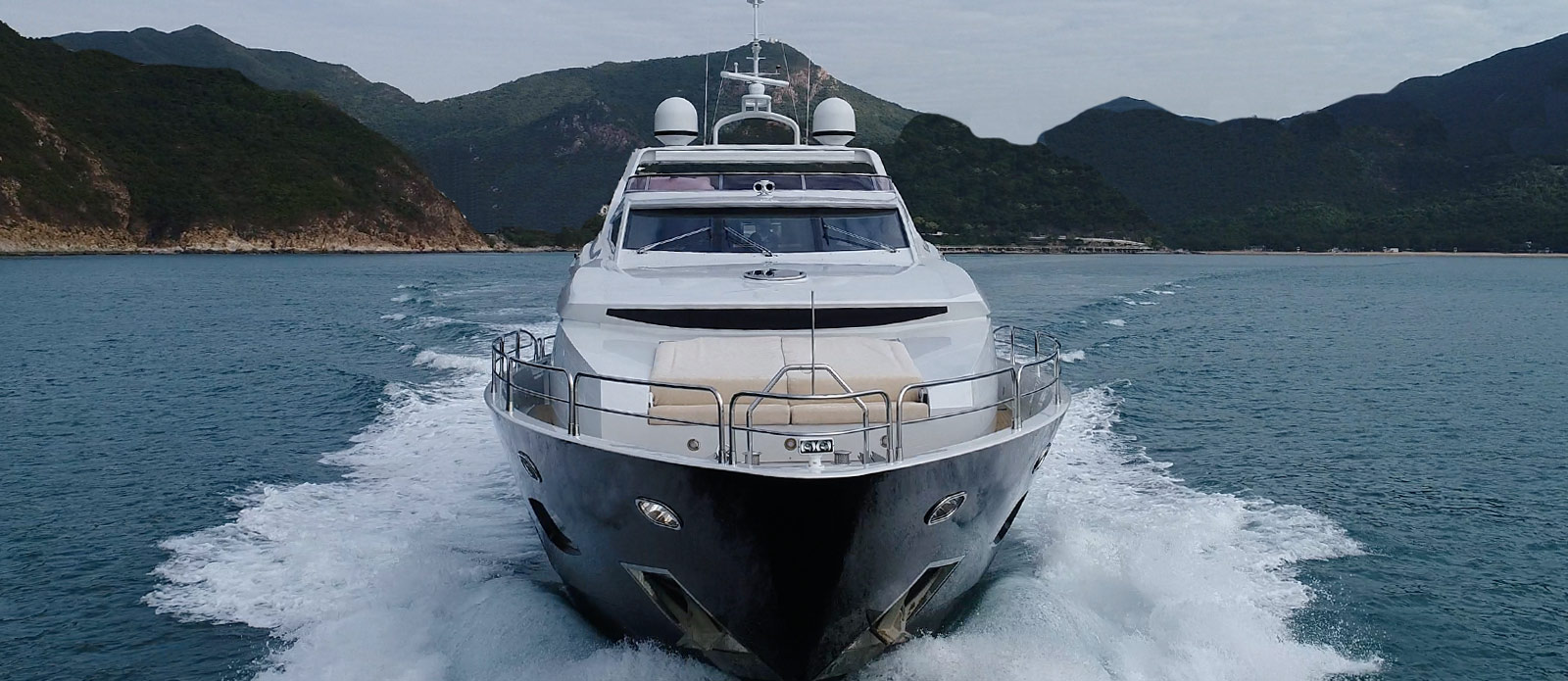 Sunseeker-30-Metre-Yacht-Coraysa-Head-On