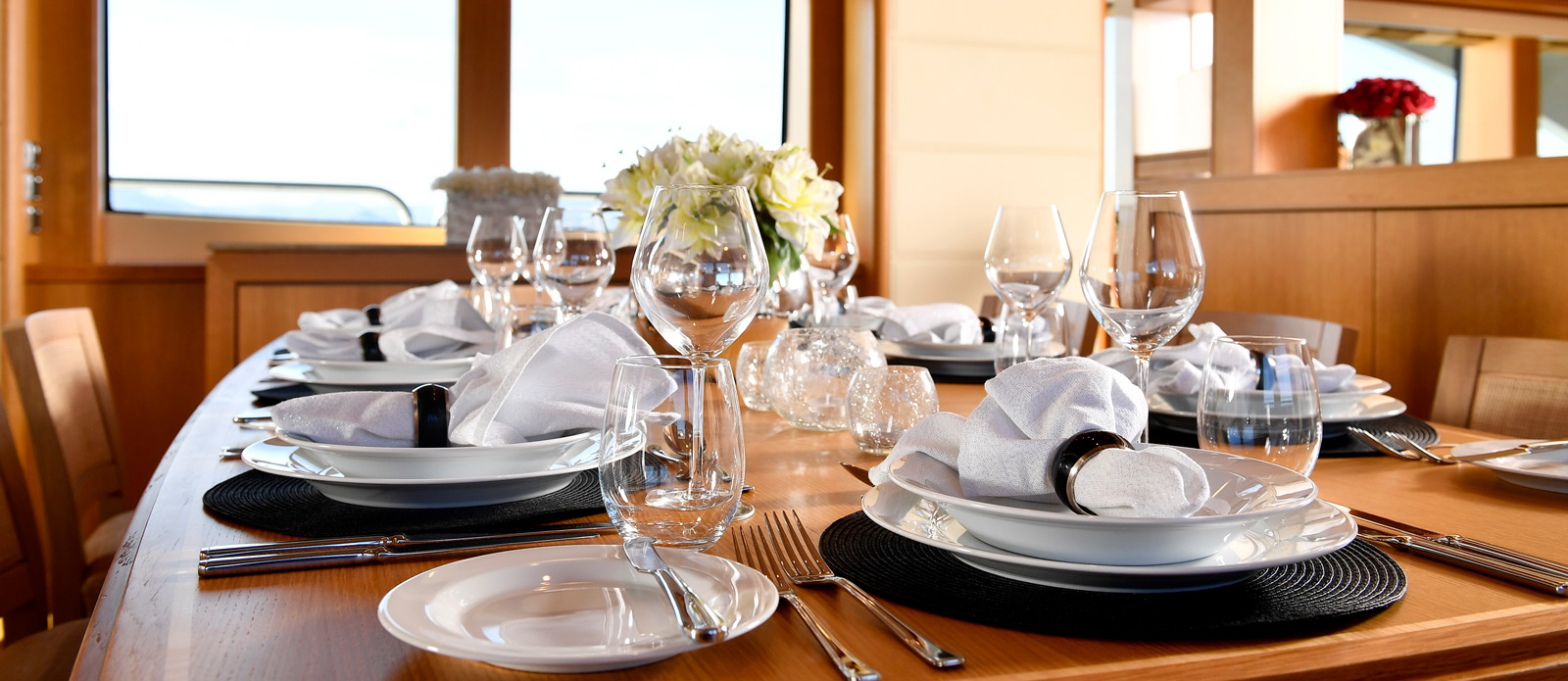 Sunseeker-34-Metre-Yacht---Emoji---Saloon-Dining-3