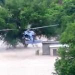 طيار مكسيكي متمكن ينقذ عائلة عالقة فوق سطح مبنى بعد أن غمرته السيول