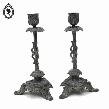 Bougeoir, bougeoir ancien, bougeoir vintage, bougeoir métal, bougeoir gris, bougeoir 1 bougie, chandelier métal, chandelier, chandelier gris, chandelier 1 feux, bougeoir 1 feux, chandelier 1 branche, bougeoir 1 branche, chandelier baroque, décoration baroque, bougeoir baroque, bougeoir ancien, chandelier ancien, candélabre, candélabre gris, candélabre métal, candélabre baroque, candélabre ancien, candélabre 1 branche, candélabre 1 feux, candélabre 1 bougie, chandelier arabesque, bougeoir arabesque, candélabre arabesque, paire de bougeoir, paire de bougeoir vintage, paire de bougeoir baroque, paire de bougeoir régule, paire de bougeoir ancien, paire de bougeoir gris, 2 bougeoirs, 2 bougeoirs anciens, brocante chic, shabby chic, gustavien, décoration gustavienne, décoration victorienne,
