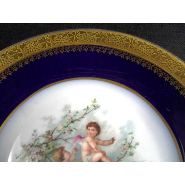Assiette creuse de dcoration en porcelaine de Limoges bleu de four  brocante