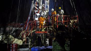 rig-workers-working-at-night-close-up