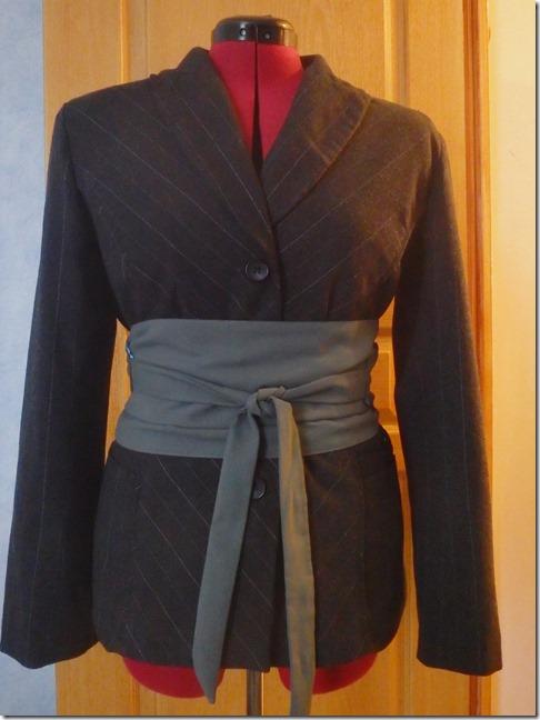 veste portée avec ceinture obi