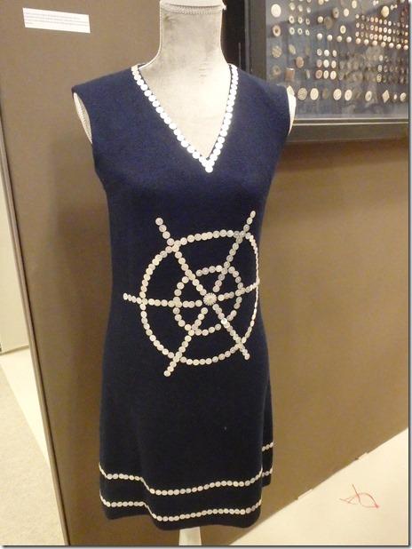 robe avec bouton en nacre musée de la nacre et tablerie