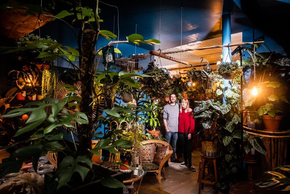 Wouter voor Knack - brent en celine in Broesse, tropische plantenwinkel en cafe in hartje gent, plantshop and bar