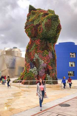 Puppy-at-the-Guggenheim-Museum,-Bilbao