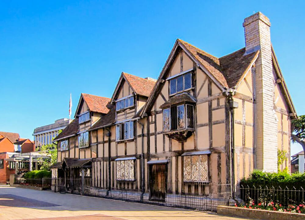 Timber-framed Tudor house in Stratford-upon-Avon, one of the most popular day trips from London by train
