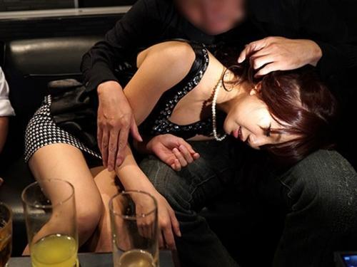 結婚式2次会で泥酔しちゃった女性www ラブホテルに連れ込まれ寝取られセックス。。。