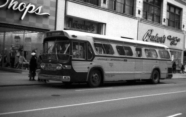 Bridge Transit Company at 4th and Guthrie streets. (Courtesy TARC)