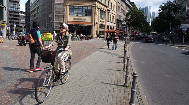 Frankfurt's protected bike lanes sometimes double as sidewalk space — which is more than you could say for the parking spaces that could be there instead. (Ching-Hsiang)