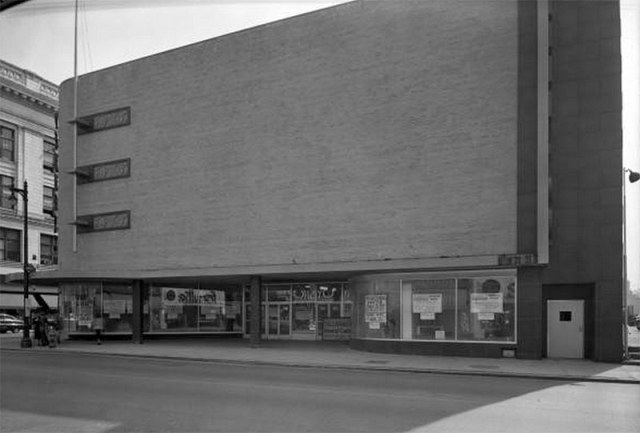 An early view of the J.C. Penney building showing its blank upper facade contrasted against the plate glass sidewalk level. (UL Photo Archives)