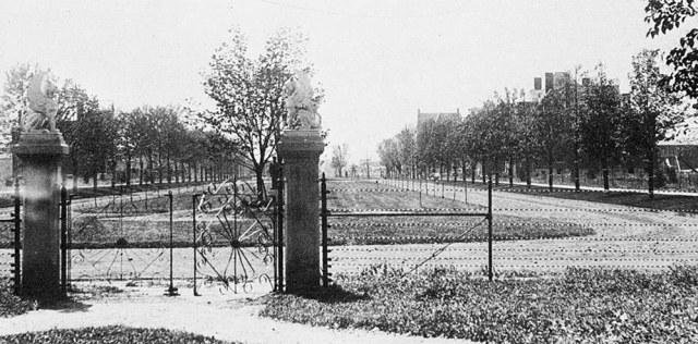 An early view of St. James Court viewed from Central Park. (Via Old Louisville Guide)