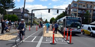 A floating bus stop trial at NE 16th and Broadway, Portland, Oregon. (Courtesy PeopleForBikes)