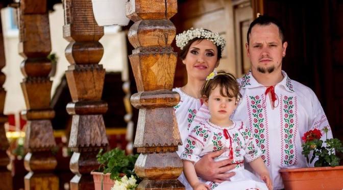 FOTO Costume populare pereche pentru intreaga familie