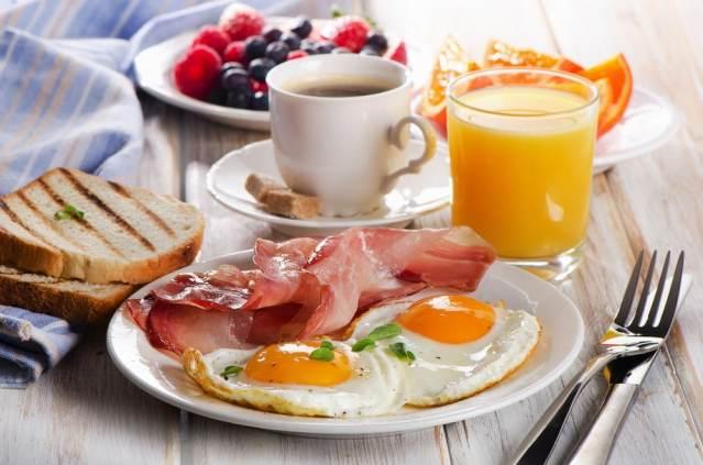 standaard ontbijtmand met ei,spek, koffie en fruitsap