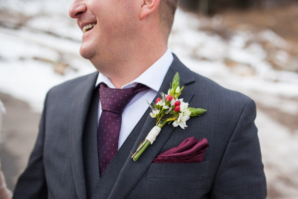 winter groom suit and boutonniere idea