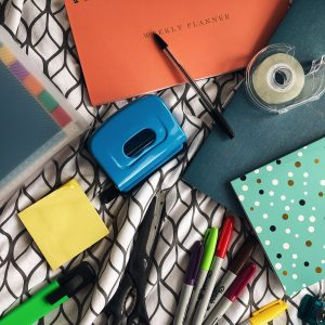 how I stay organised as a blogger feature image - brooke Clarke - www.brookeclarke.com