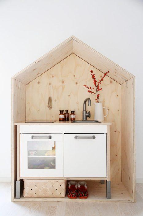 saunapihalle-luona-saunat-luona-in-luona-out-hunajaista-sisustus-lastenhuone-leikki-leikkikeittio