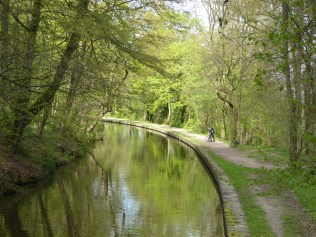 Cyclist wonders about a mechanical on the canal at Hopwas