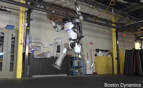 前転して飛ぶボストンダイナミクスのロボット