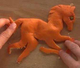 ミカンの皮から馬を作る
