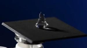 レーザーで金属を加工するだけで強力な撥水性が生じる