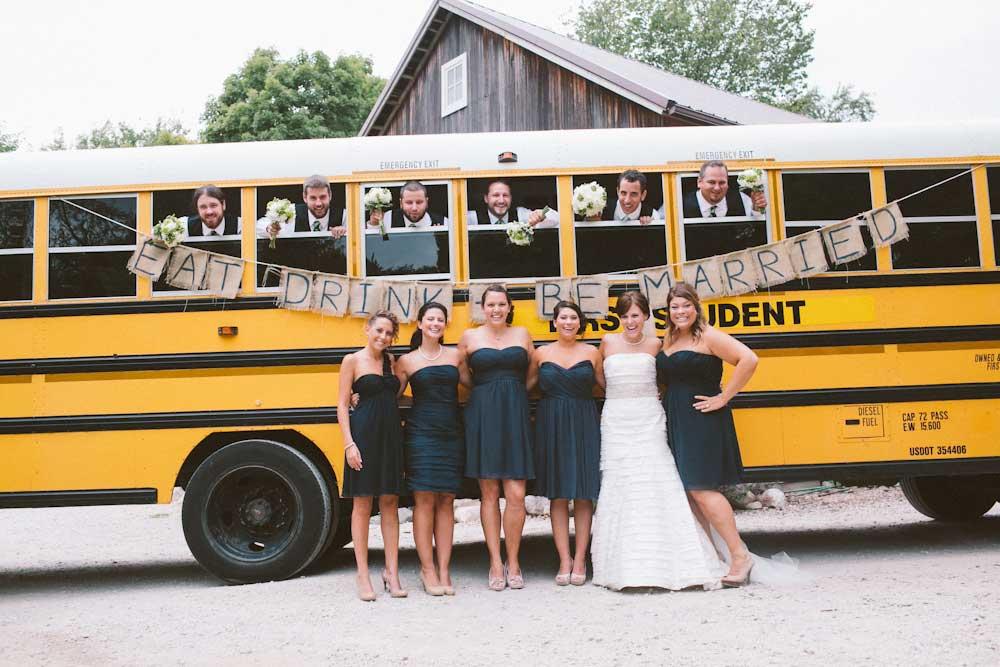 Amerikaanse schoolbus met bruiloft gasten en het bruidspaar