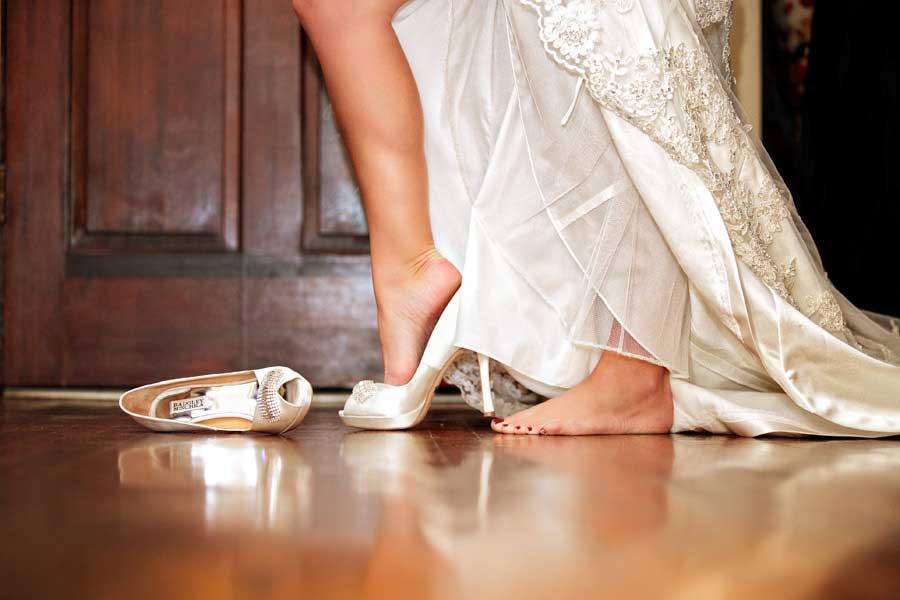 Bruid stapt in haar trouwschoenen
