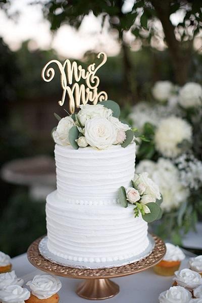 Witte bruidstaart met taarttopper