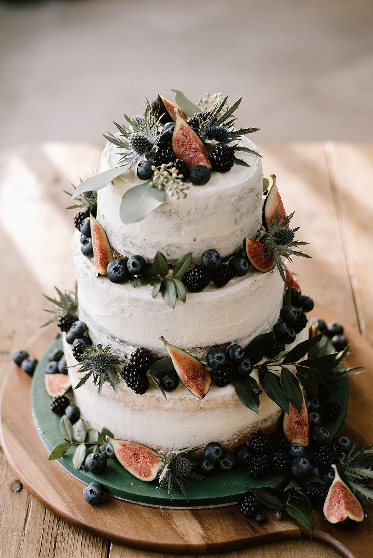 Witte bruidstaart met vers fruit