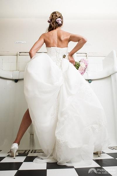 Bruid staand naar het toilet