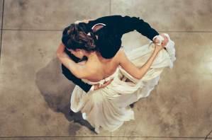 Bruidspaar tijdens hun eerste dans