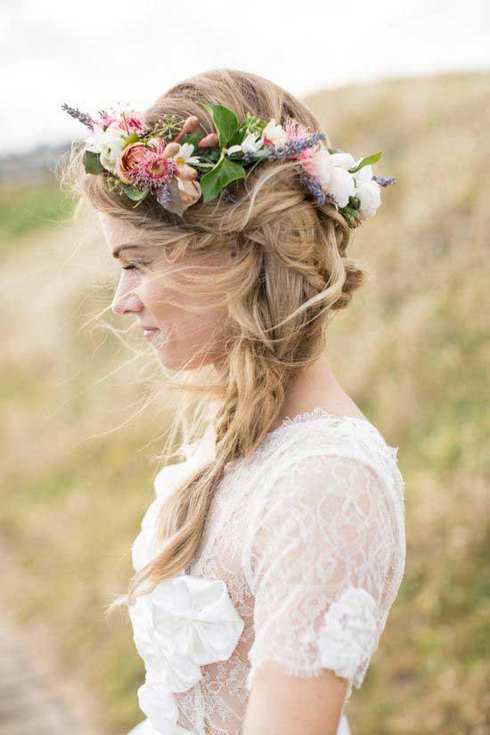 Bruid met krans van bloemen