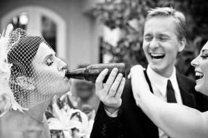 Bruid met een bierflesje in haar mond
