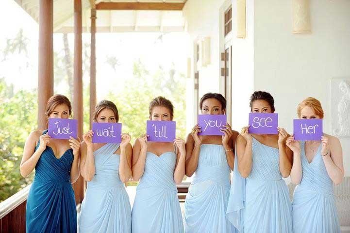 Verrassing voor bruidegom bruidsmeisjes houden bordjes op met de tekst Just Wait Till You See Her