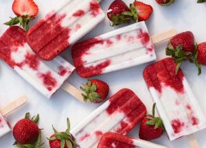 Zelfgemaakte ijsjes met aardbeien