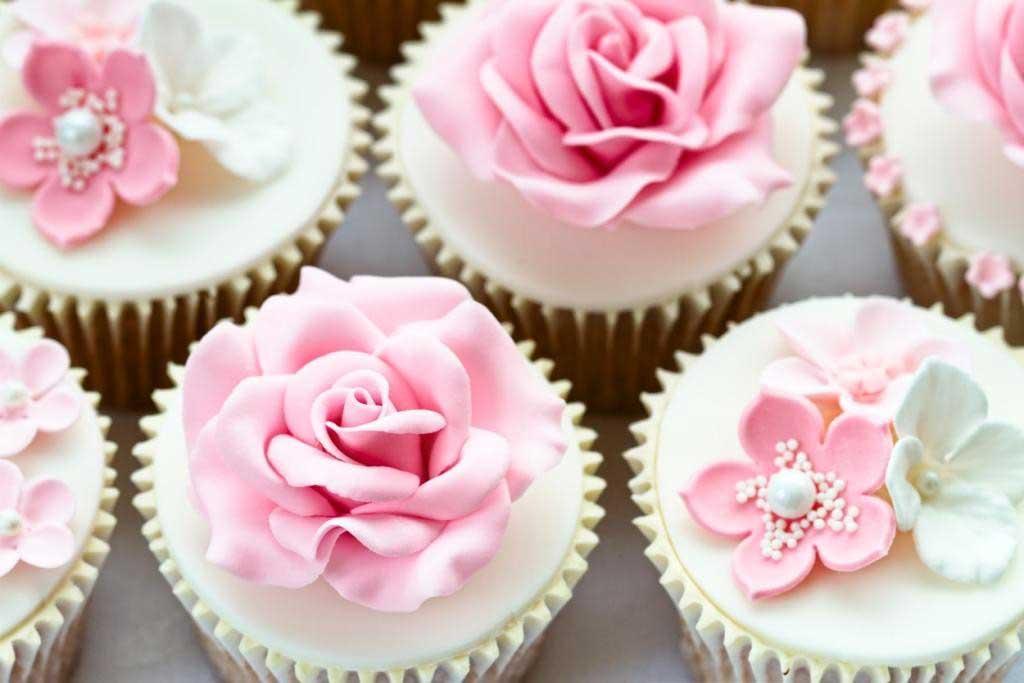 Cupcakes met roze en witte decoratie