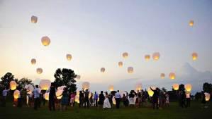 Wensballonnen die de lucht in gaan