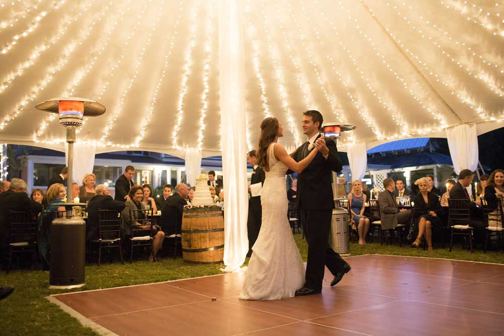 Bruidspaar in bruiloft tent