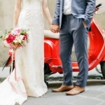 Bruidspaar met rode Vespa
