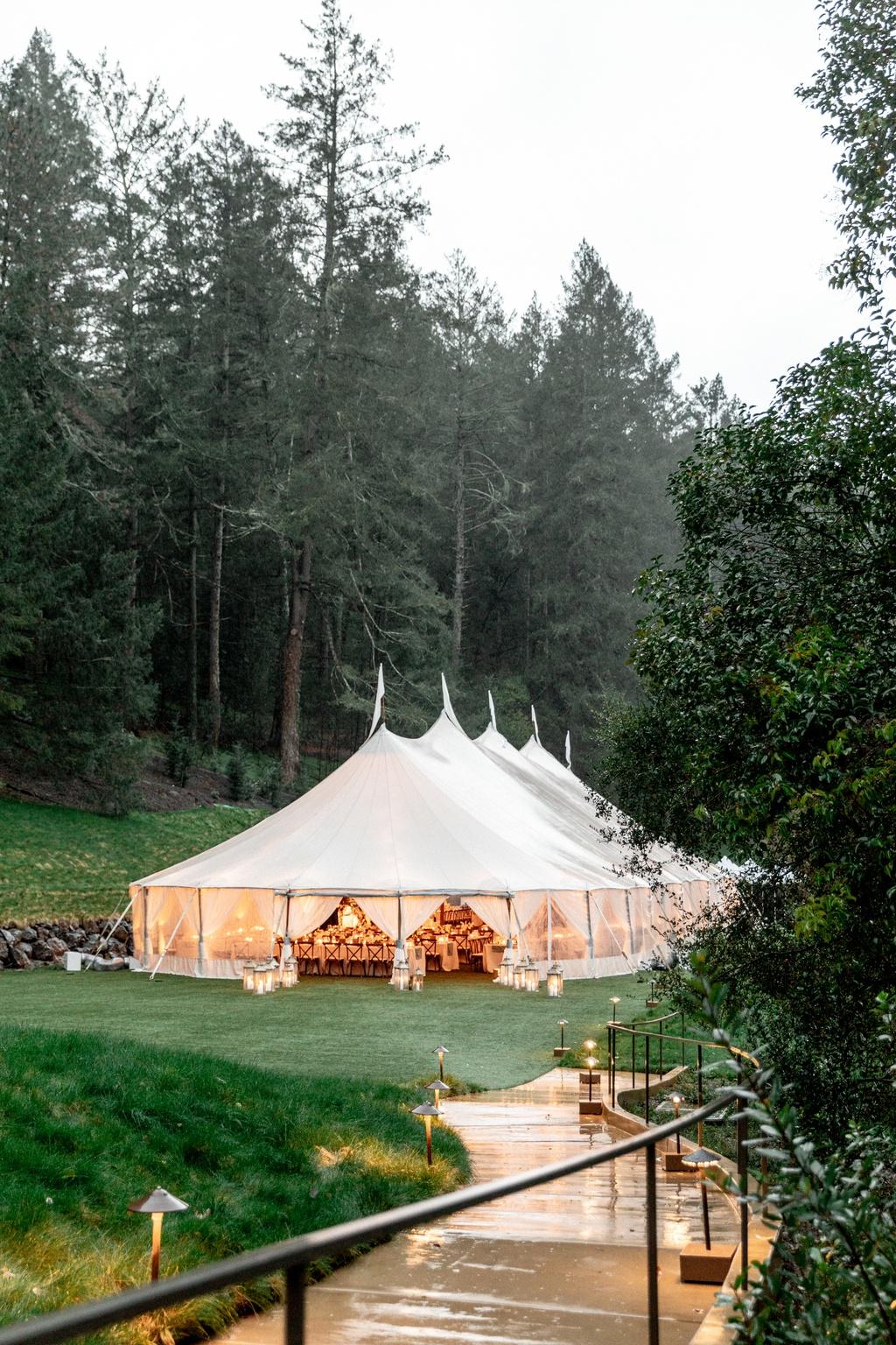 Bruiloft tent in het bos