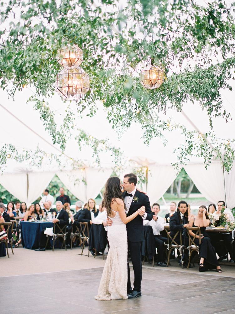 Bruidspaar danst in bruiloft tent