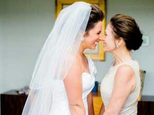Bruid en moeder van de bruid