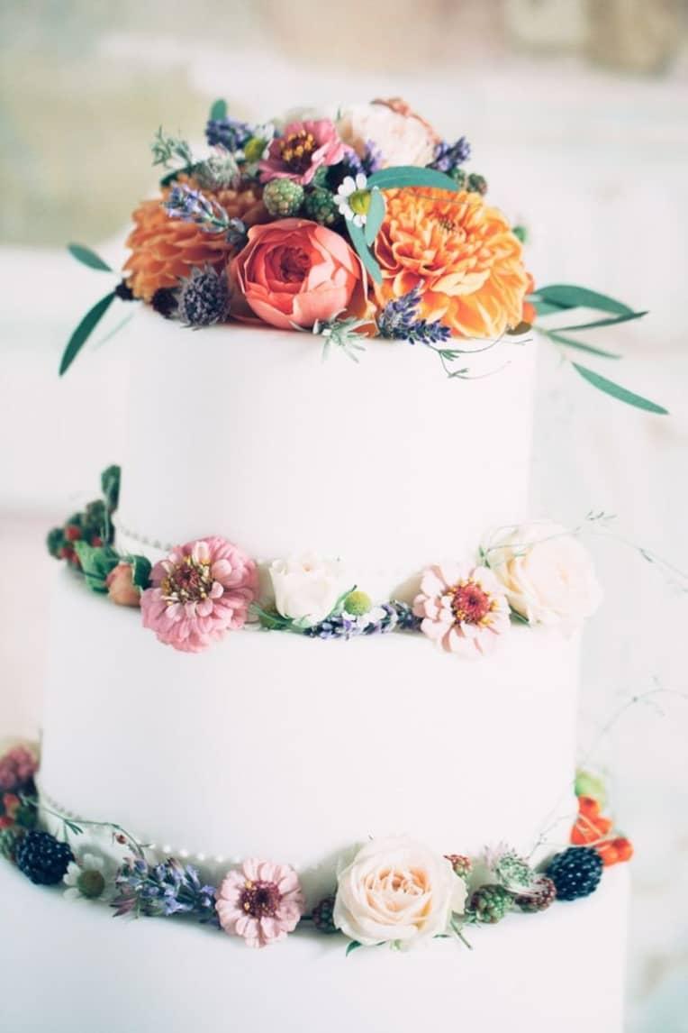 Witte bruidstaart met echte bloemen
