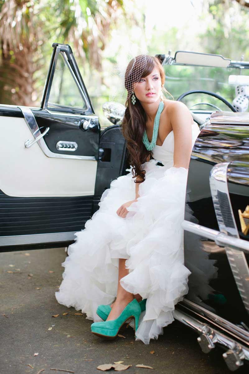 Bruid met mint gekleurde trouwschoenen