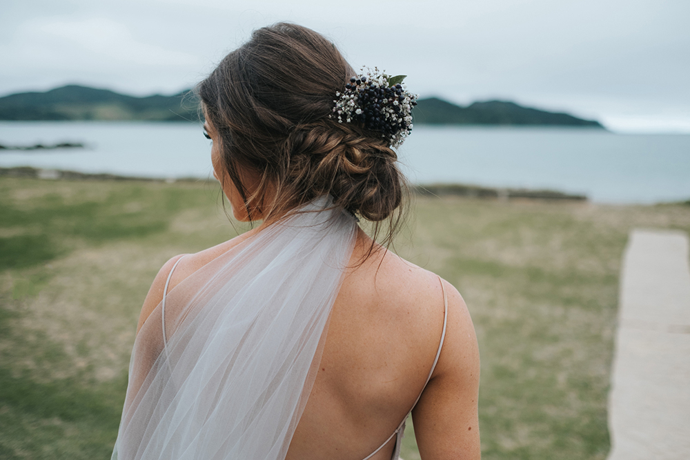 Bruid met sluier en haaraccessoire
