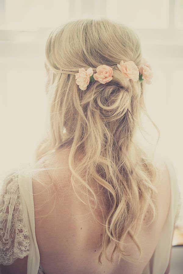 Bruid met half opgestoken haar en bloemen