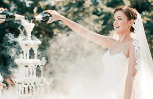 Bruid schenkt champagne in een champagne toren