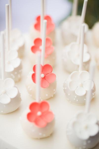 Witte cakepops met bloem
